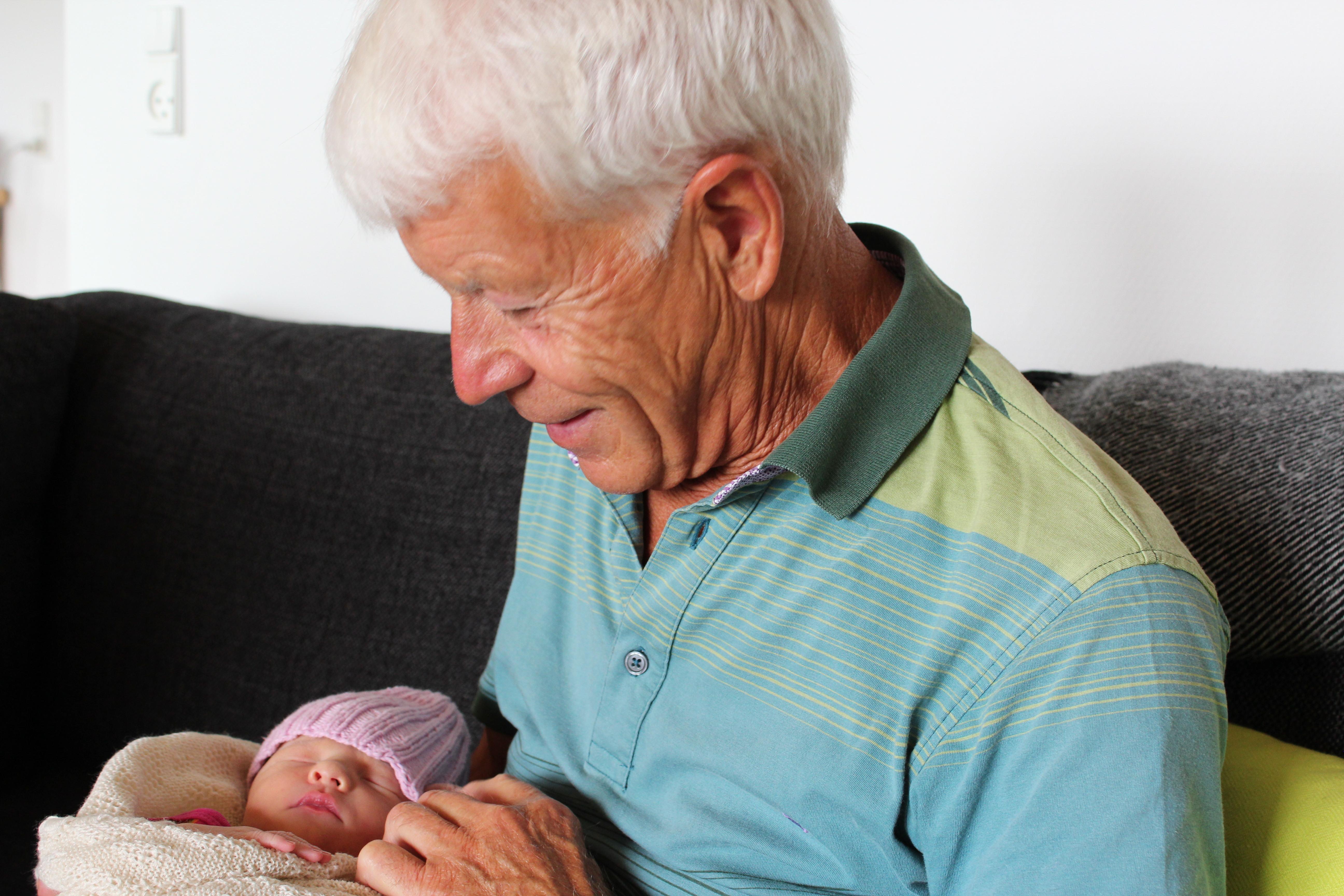 Julie hos bedstefar